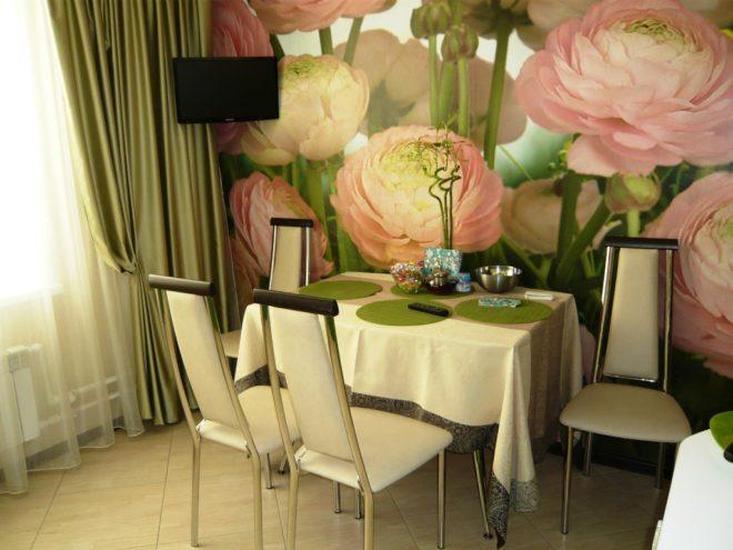 Гостиная и столовая оформляются либо крупным цветочным декором, либо пейзажными изображениями